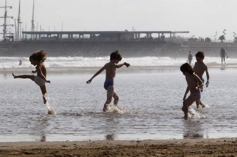 Niños jugando en la playa   Benito Pajares