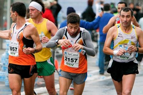 Varios atletas reponen fuerzas en un maratón.| Efe