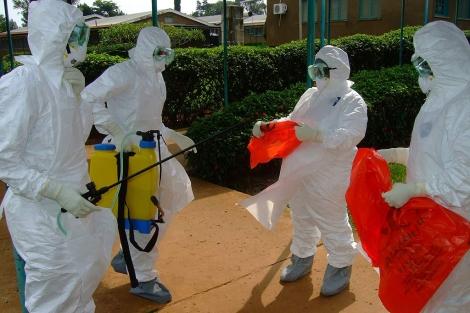 Oficiales de la OMS en el hospital de Kibale, donde se inició el brote.| Isaac Kasamani | Afp