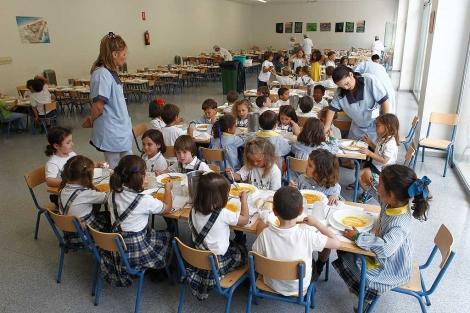 Varios niños en un comedor escolar. | Antonio Pastor