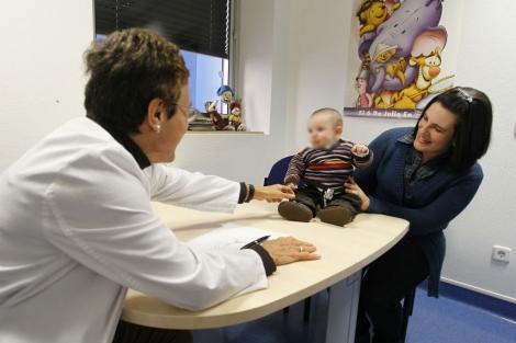 Una mujer acude con su hijo a la consulta de una pediatra.   Sergio González