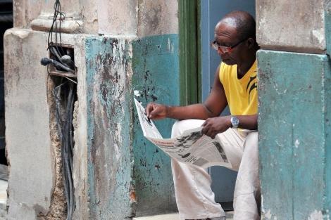Leyendo el 'Granma' en las calles de La Habana. | Alejandro Ernesto