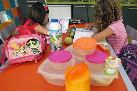 Dos niñas posan con varias tarteras en su cocina.| Eugenio Torres