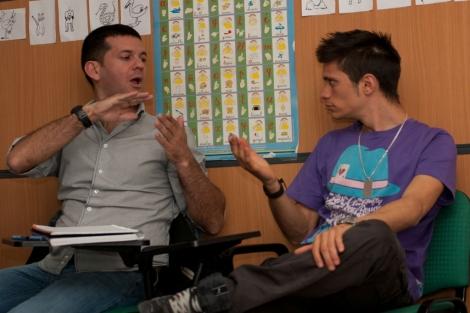 Hablando en lengua de signos. | CNSE