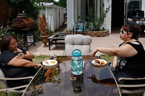 Dos mujeres con sobrepeso en el jardín de su casa.  Rick Wilking   Reuters