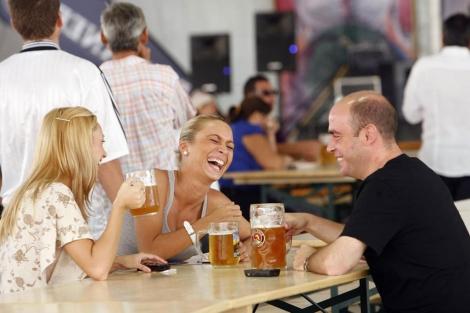 Amigos tomando cerveza. | José Cuéllar