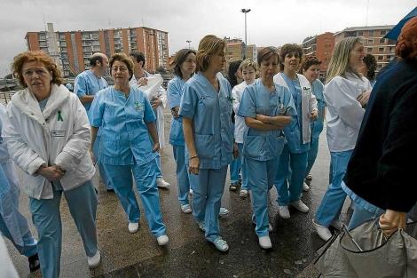 Un grupo de enfermeras protesta por su situación laboral.   El Mundo