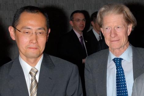 Yamanaka y Gurdon, en un simposio celebrado en Tokio en 2008.| Reuters