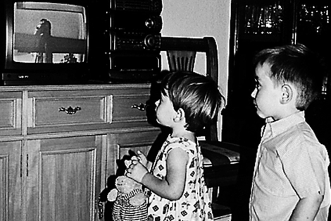 Dos niños pegados a una pantalla de televisión.| El Mundo