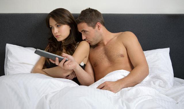 Sexuale en la cama hombre y mujer con frases