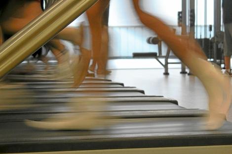 Un corredor en una cinta de gimnasio.| El Mundo