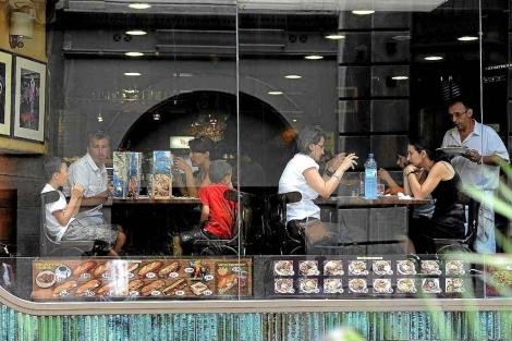 Varias familias comiendo en un restaurante. | S. Cogolludo