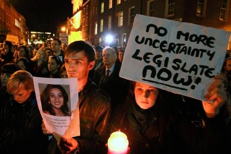 Miles de personas han protestado por la muerte de Savita.| Afp