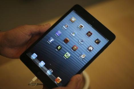 Un hombre sujeta un iPad mini durante su lanzamiento. | Reuters