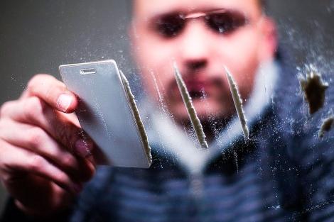 Un joven se prepara varias dosis de cocaína.| E. M.