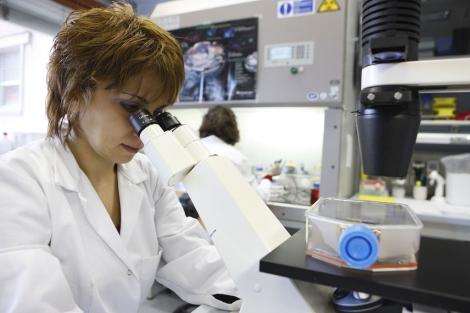 Una investigadora trabaja en un laboratorio de vacunas. | Novartis