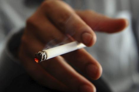 Un hombre fuma en un bar en Hanoi. | Afp