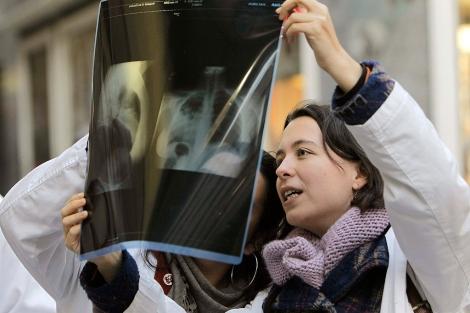 Los médicos madrileños han sacado las consultas a la calle.| Efe | Kiko Huesca