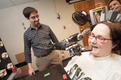 La paciente demuestra cómo utiliza su prótesis. | Reuters | University of Pittsburgh