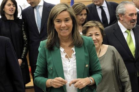 Ana Mato, junto a varios consejeros, tras la reunión.   Efe