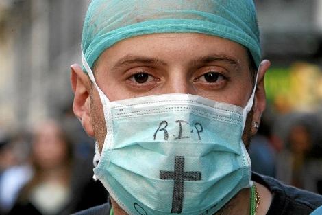 Médico en una manifestación a favor de la sanidad pública. | Antonio Moreno