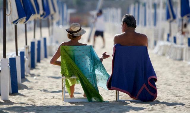 Una pareja tomando el sol. | Efe