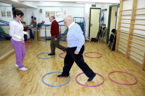 Pacientes de Parkinson en una sesión de fisioterapia. | El Mundo