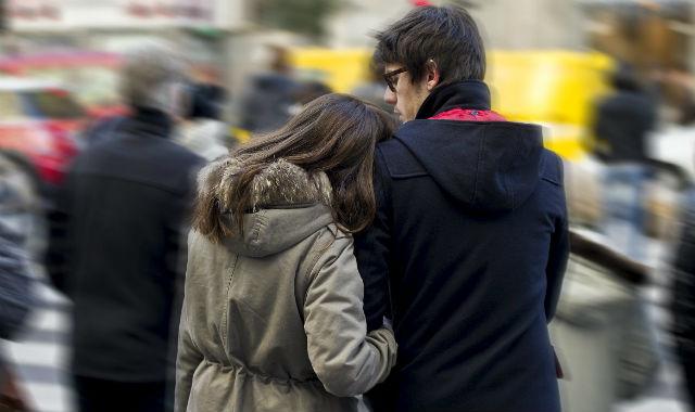 Una pareja paseando por Gran Vía (Madrid). |Gonzalo Arroyo