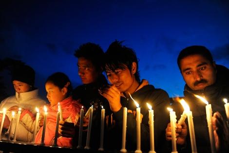 Una cadena humana enciende velas contra el cáncer