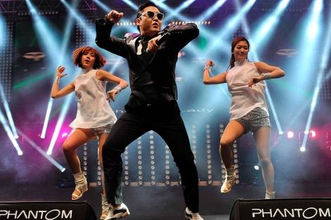 El cantante Psy baila la melodía del Gangnam Style es un escenario