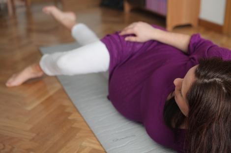 Una embarazada realiza ejercicios de preparación al parto