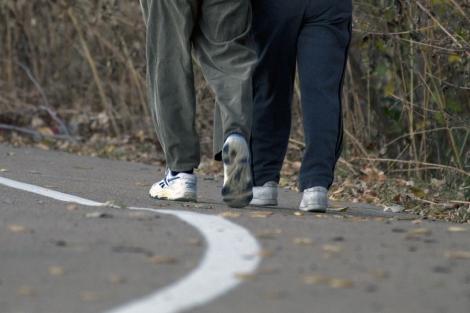 Dos personas paseando por la carretera.