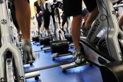 Una clase de spinning en un gimnasio de Nueva York. | Afp