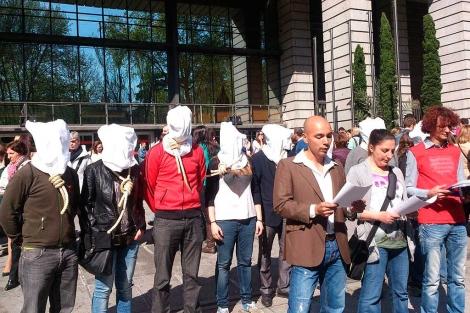Activistas han protestado a las puertas del Ministerio de Sanidad.| Cesida