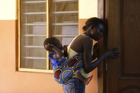 Una mujer asiste a un grupo de apoyo para pacientes con VIH en Lome (Togo). | Reuters