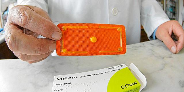 Un farmacéutico muestra un blister con la píldora poscoital