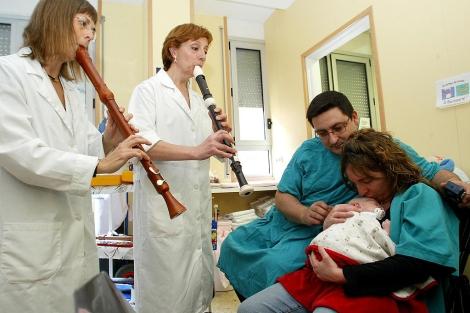 Sesión de musicoterapia en una planta de Pediatría.| Antonio Moreno