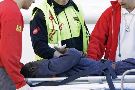 Un inmigrante es atendido por los servicios de emergencia