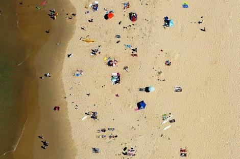 Bañistas en una playa a vista de pájaro
