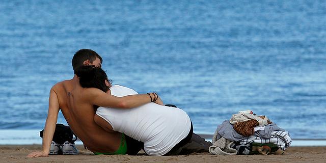 Una pareja se abraza en la playa de la Malvarrosa, Valencia.   Efe   Kai Försterling