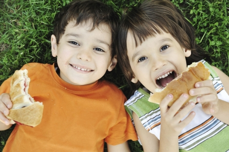 Dos niños meriendan un bocadillo | Mundo