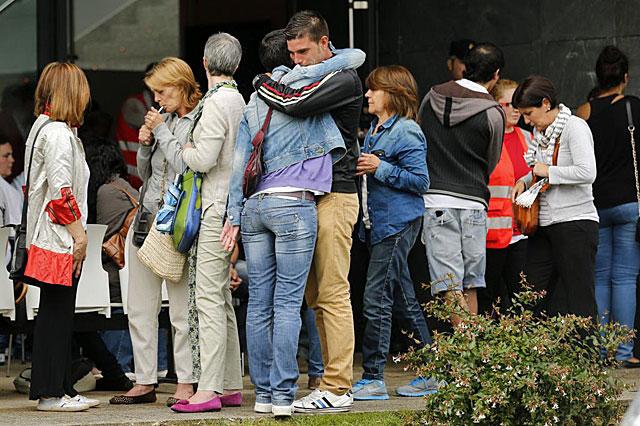 Familiares de las víctimas atendidos por psicólogos de Cruz Roja en Santiago. | Afp