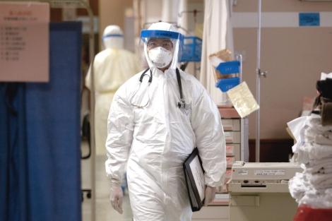 Médico protegido con un traje especial en un hospital de Hong Kong. | El Mundo