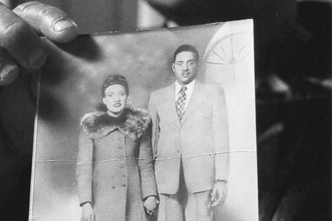 Una vieja fotografía en blanco y negro de la señora Lacks con su marido.| Bill Denison