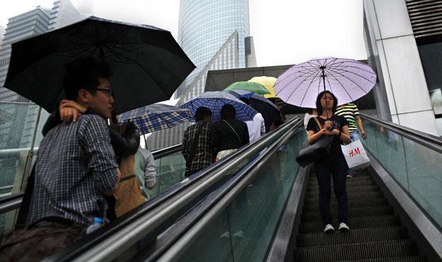 Una pareja se abraza mientras él mira a otra chica en Shanghai.