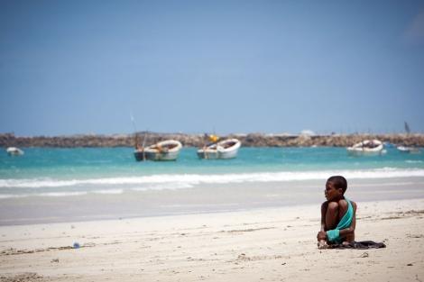 Un niño en una playa cercana a Mogadiscio. | S. Price