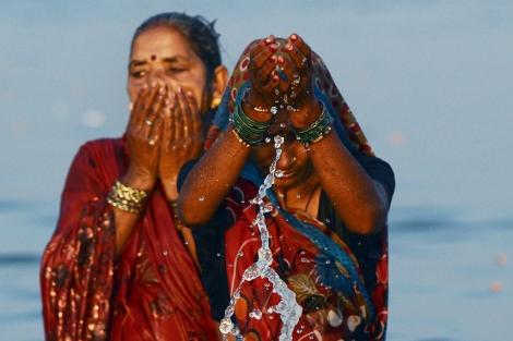 Mujeres hindúes peregrinan a orillas del río Ganges. | Afp