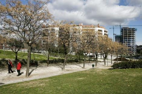 Personas paseando en el Parque Tierno Galván en Madrid. | Begoña Rivas