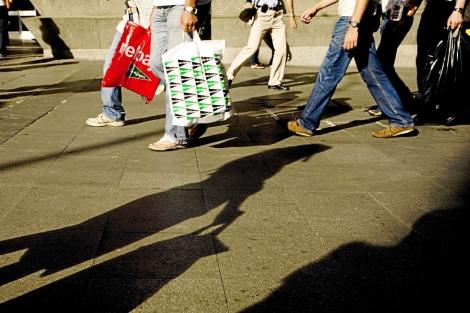 Gente paseando por las calles de Madrid.   C. Alba