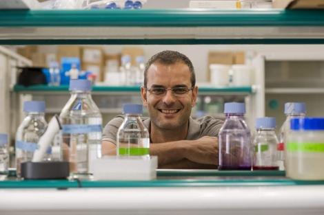 Salvador Aznar en un laboratorio del IRB de Barcelona.   Santi Cogolludo